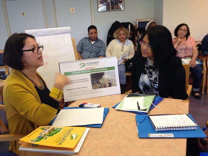 Todos admirados analizando la manera que escenificaron la puesta en práctica de la enseñanza. En escena la Profesora Blanca Rosa Rubilar Romero, en la Casa Migrante Amsterdam, Holanda